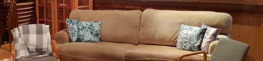 Soffa och stolar för besökare på utställningen i Hamnmagasinet